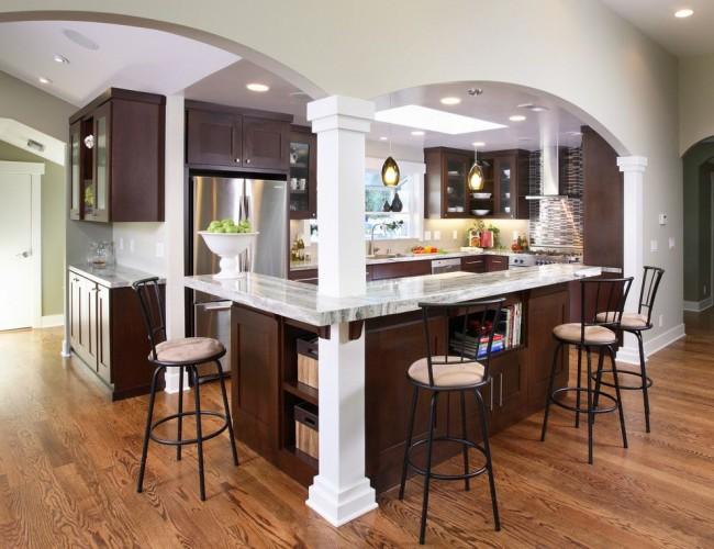 Удлиненная арка над барной стойкой, отделяющая зону кухни
