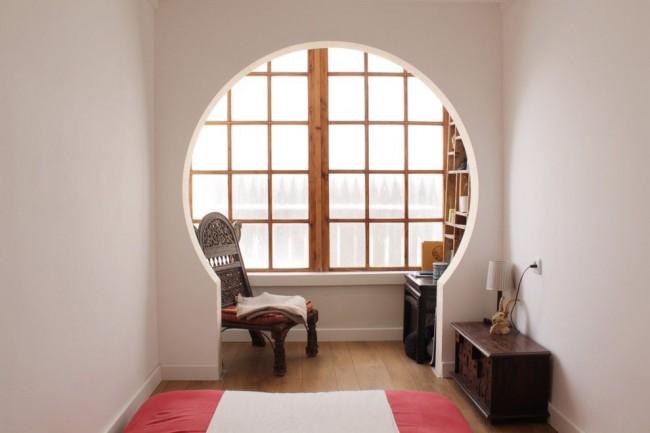Круглая арка выделяет рабочую зону в спальне