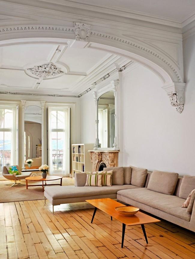 Огромная гостиная, украшенная аркой в стиле ампир с узорами из лепнины