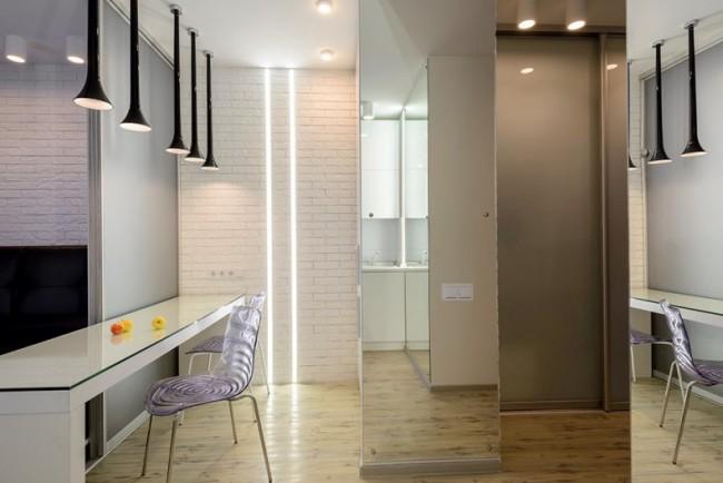 Имитация кирпичной кладки, выкрашенной в белый цвет, в современной типовой квартире