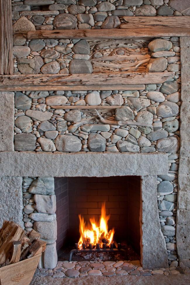 Валуны, галька и дикий камень в оформлении портала традиционного камина