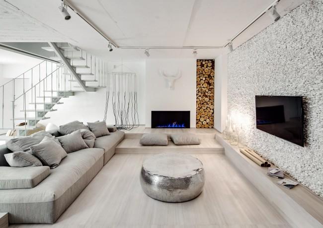 В этой уютной двухуровневой квартире одна из стен оклеена белой галькой. Это проделывалось буквально поштучно и заняло три недели. Идея: архитектурное бюро FORM, Киев