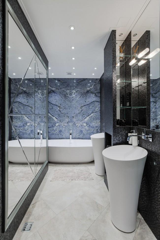 Эксклюзивный дизайн ванной с облицовкой стен слэбами голубого гранита