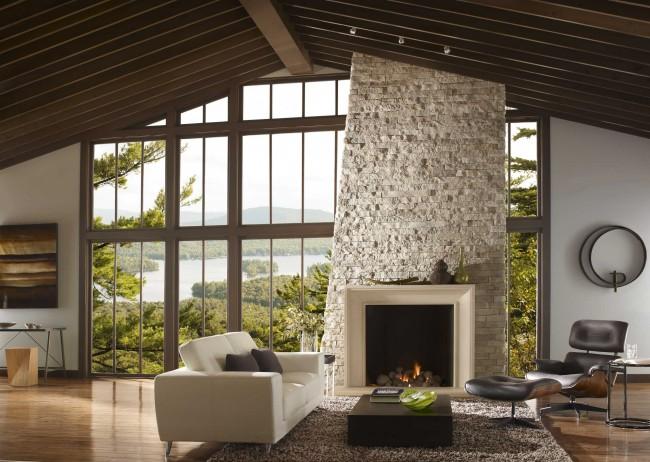 Белый кварцит или песчаник очень освежают интерьер гостиной. Лучше всего такая облицовка смотрится на несущих стенах и над каминами