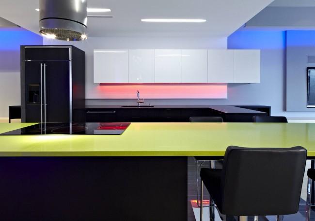 Цвет кухни с возможностями современного освещения - понятие даже несколько расплывчатое. С помощью светодиодной подсветки можно как подчеркнуть теплые натуральные тона в классической обстановке, так и полностью создать атмосферу ночного клуба в современных апартаментах