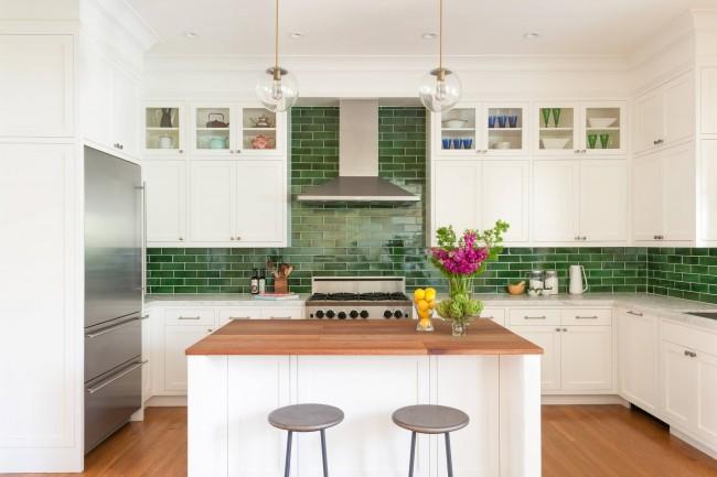 Изумрудная глазурованная плитка, использованная в фартуке классической кухни