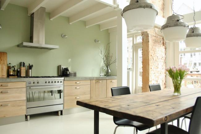 """Оттенки """"зеленый чай"""" и другие самые бледные из зеленых любят использовать для глянцевых фасадов современных кухонь. Но попробуйте отойти от быстрых универсальных решений и оценить элегантность такого варианта с матовой бледно-зеленой краской для стен"""