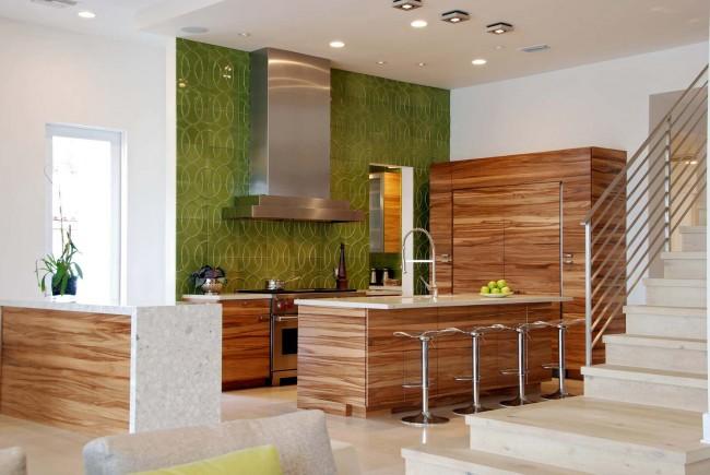 Даже в современную кухню глазурованная узорчатая плитка оливкового цвета внесет ощущение средиземноморского бриза