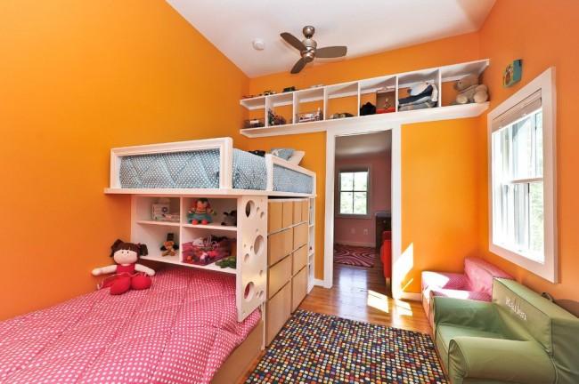 Двухъярусная кровать, встроенные ящики для вещей и множество полок в детской комнате – отличный способ экономии пространства