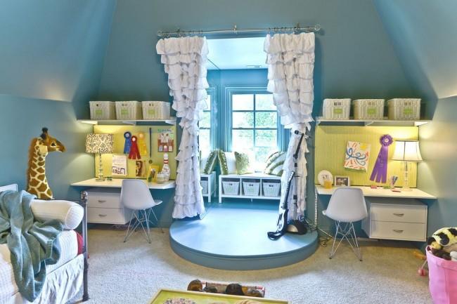 Индивидуальное рабочее место для каждого из детей, оснащенное настольной лампой, выдвижными ящиками, корзинами для вещей. Общая зона отдыха и творчества на подиуме возле окна