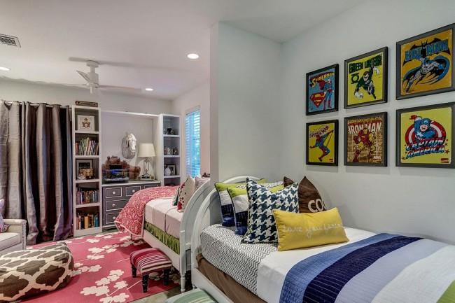 Комната для брата и сестры. Отличие половины комнаты для девочки в розово-цветочном принте и аксессуарах. Мультипликационный персонаж Человек-Паук – интересы для мальчика