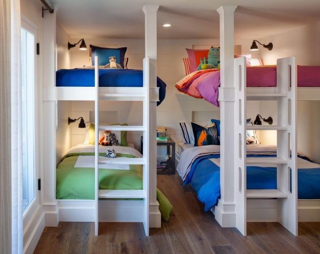 Детская для разнополых детей нейтрального оформления с ярким постельным бельем, дополненным принтами и мягкими игрушками