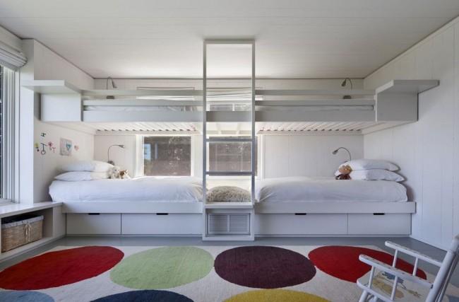 Лаконичные спальные места в интерьере детской спальни в стиле минимализм