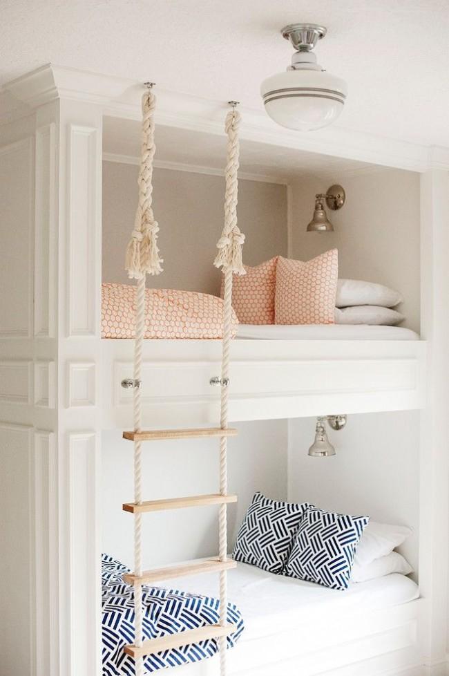 Канатная лестница между ярусами кровати – это не просто декоративный элемент, а еще и заметный вклад в здоровье детей