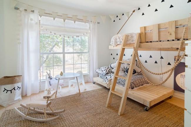 Дизайн детской спальни в скандинавском стиле с особенностью в виде передвижного нижнего яруса кровати