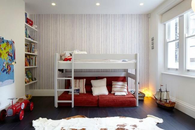 Двухъярусная кровать не обязательно подразумевает наличие двух спальных мест. Спальное место и зона для отдыха – вариант экономии пространства