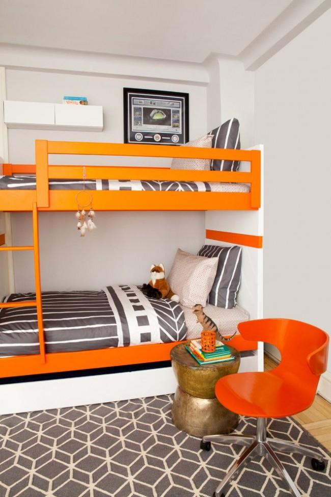 Графика в оформлении детской спальни с яркими акцентами. Оранжевая двухъярусная кровать, оранжевое анатомическое кресло и оранжевый стакан для канцелярских мелочей – акценты интерьера
