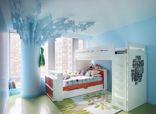 Колонна с декоративными ветвями и листьями – особенность этой детской комнаты с функциональной двухъярусной кроватью