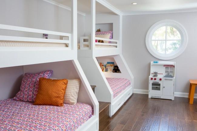 Детская комната с двумя двухъярусными кроватями, разделенными ступеньками
