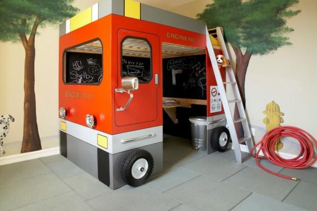 Первый этаж – игровая зона, второй этаж – спальное место. Вся конструкция выполнена в виде пожарной машины