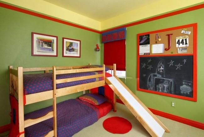 Горка между двумя ярусами детской двухъярусной кровати – отличный способ для быстрого и веселого спуска