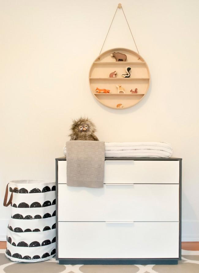 Небольшая навесная полочка над комодом для мелких предметов или игрушек малыша