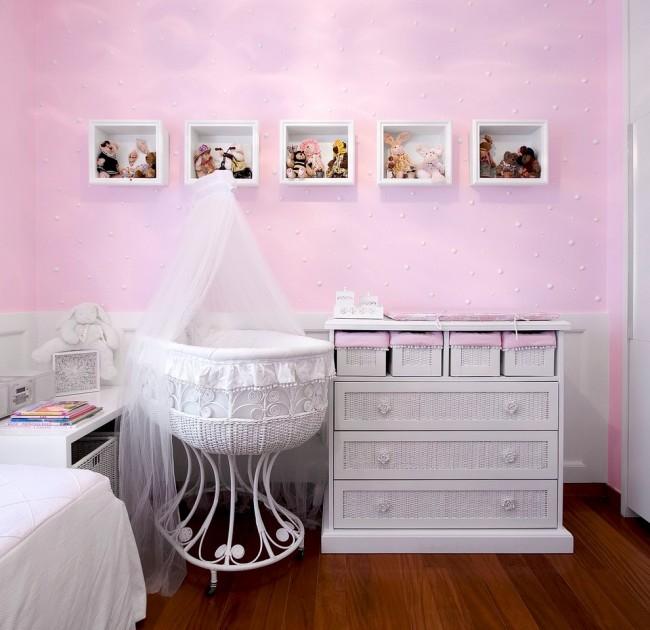 Нежная романтическая детская комната с белым плетеным комодом