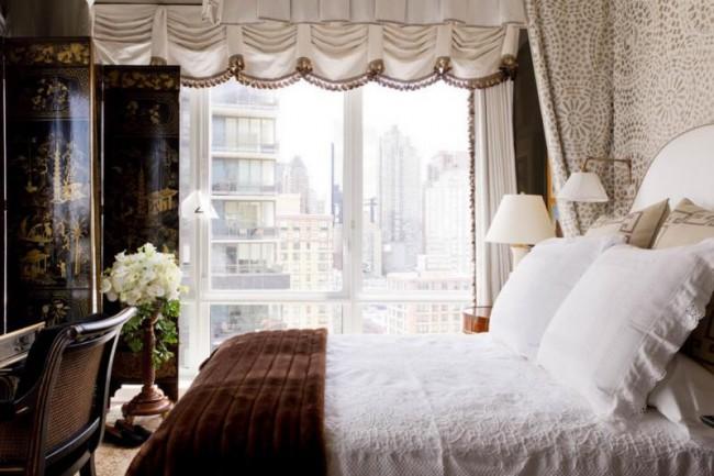 В дизайне небольшой комнаты можно использовать не только светлую отделку стен, но и стены в насыщенных тонах, при этом белый цвет использовать исключительно для спального места
