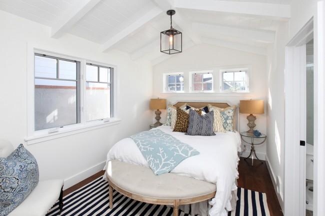 """Чтобы в маленькой комнате не было очень тесно нужно убрать все лишние предметы, которые """"съедают"""" пространство и так небольшой спальни"""