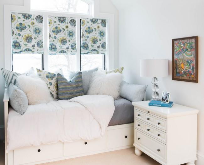 В небольшой комнате лучше отказаться от мебели на высоких ножках, так вы сэкономите пространство