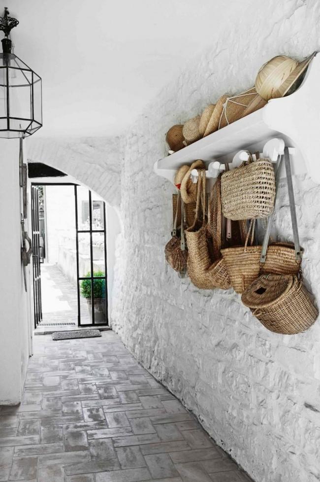 Очень атмосферный коридор в частном доме. Кирпичная кладка, покрашенная в белый увеличивает пространство и выглядит очень оригинально