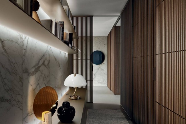 Подсветка по всей длине полок в коридоре создает ощущение легкости и непринужденности