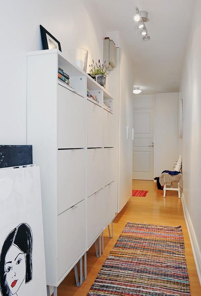 Маленький узкий коридор с практичным шкафом и в тон стенам и комфортной лавочкой для обувания