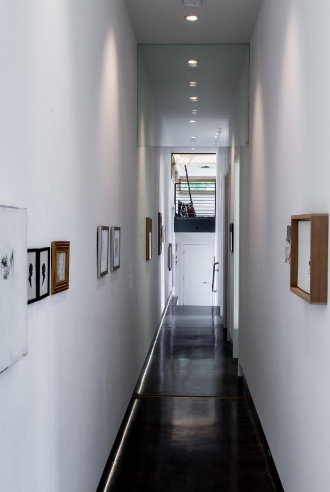 Очень удобное и практичное для узкого коридора точечное освещение равномерно наполняет все пространство светом
