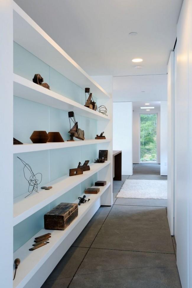 Также большие полки вдоль всей стены узкого коридора можно наполнить приятными мелочами: интересными статуэтками и сувенирами