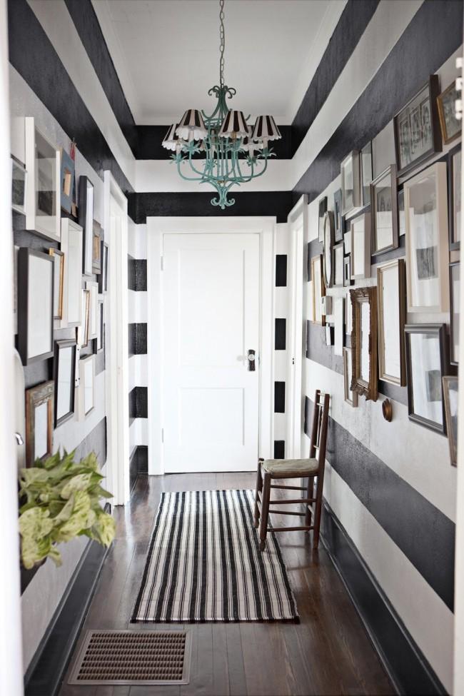 Оригинальное цветовое и орнаментальное решение визуально расширяет коридор, а светлый потолок создает чувство легкости