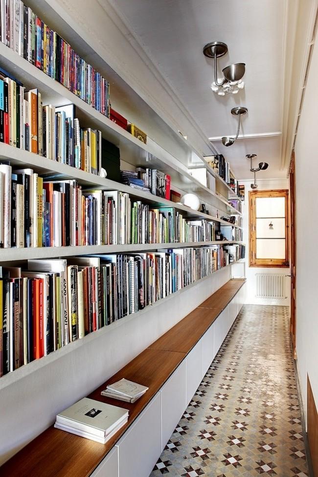 Свою личную библиотеку можно разместить прямо в коридоре, вы сэкономите пространство, не загромождая других комнать большими книжными шкафами и полками, а также выглядеть это будет очень эффектно