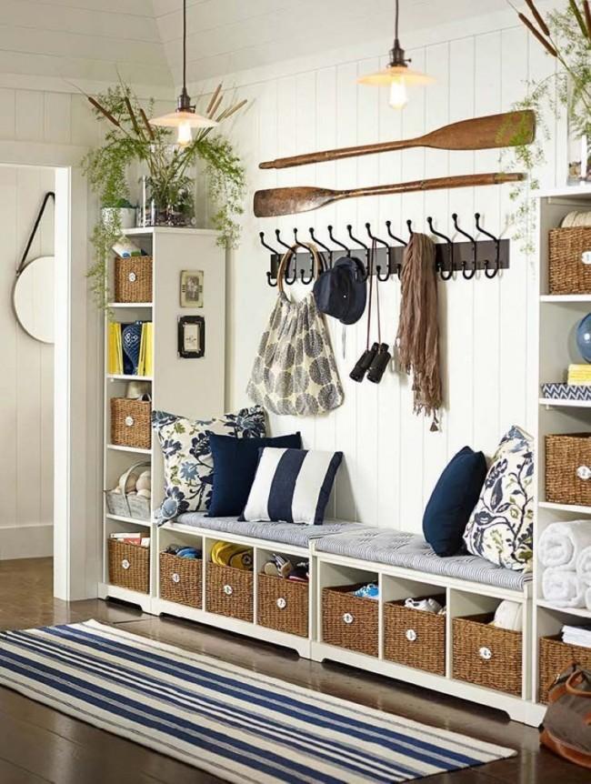 """Удобная и чрезвычайно практичная так называемая """"стенка"""" в маленьком коридоре. Выдвижные корзины и полки вмещают все необходимое, крючки для одежды и сумок, а также место где можно удобно обуться создают наилучшие условия использования прихожей"""