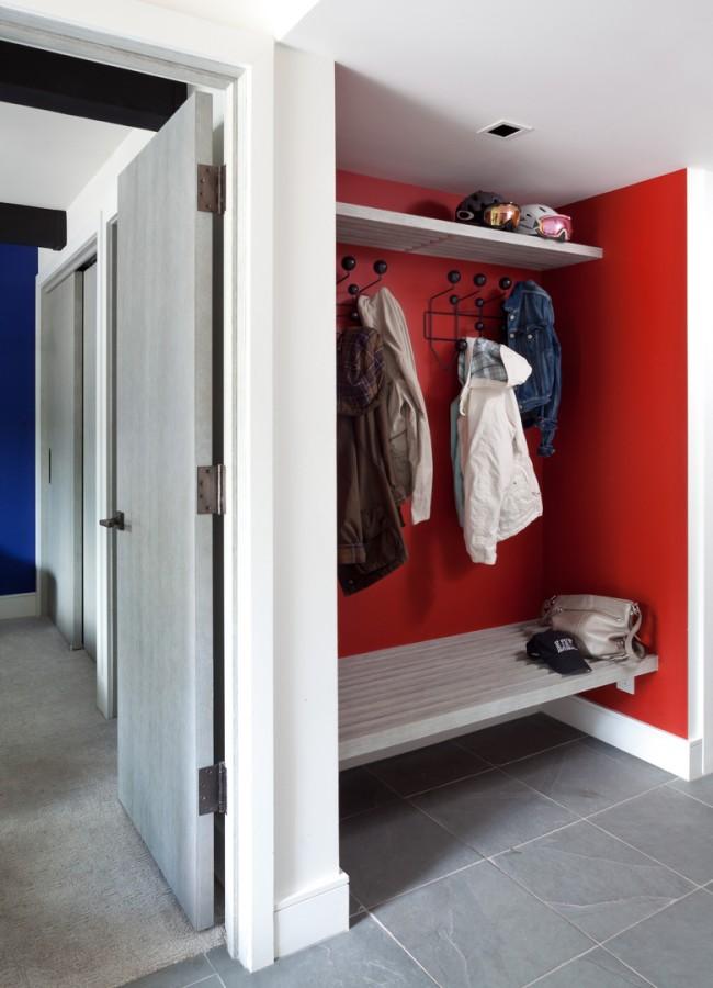 """Оригинальное решение для маленького коридора - обустроить небольшую """"нишу"""" для одежды с небольшой лавочкой для удобного обувания"""