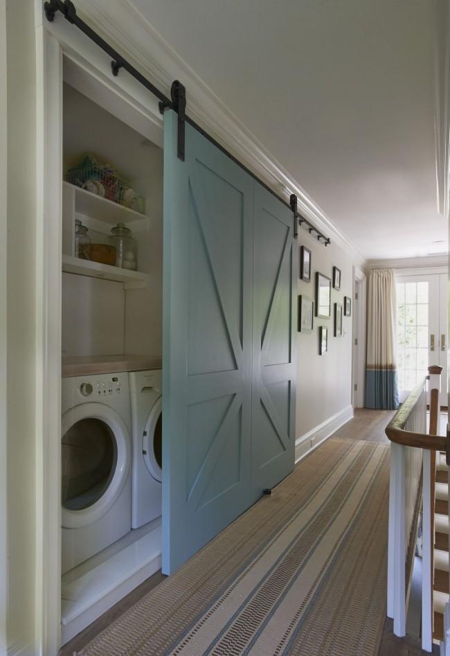 Необычайно практичный и вместительный шкаф-купе в узком коридоре частного дома. В нем с легкостью можно разместить стиральную машину и прочую бытовую технику со всеми необходимыми принадлежностями