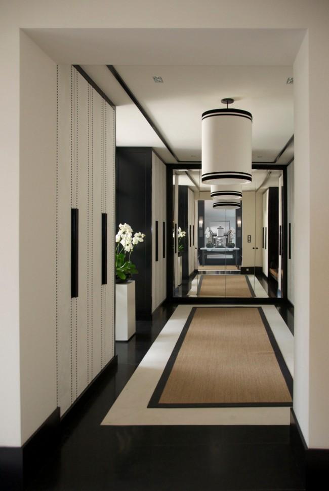Большое зеркало на всю стену в конце коридора визуально увеличит пространство, не загромождая его