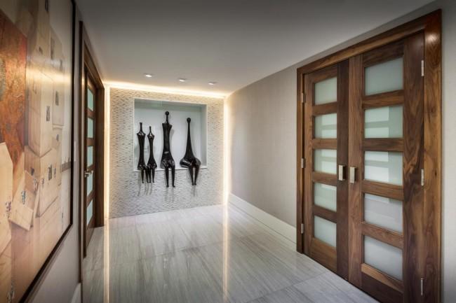 Оригинальный, небольшой коридор с нишей в стене для необычных статуэток