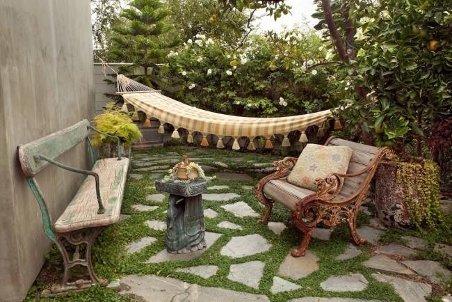 Красивое и простое оформление двора старинной мебелью