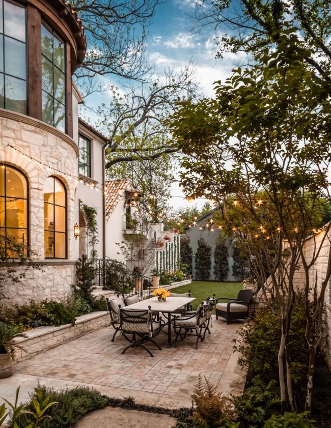 Роскошный красивый дом с небольшой придомовой территорией и уютным двориком