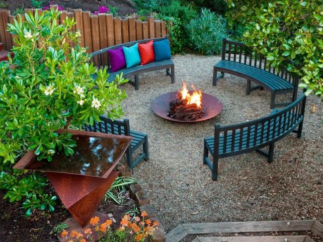 Удобные полукруглые скамейки во дворе для комфортного времяпровождения с друзьями и родными