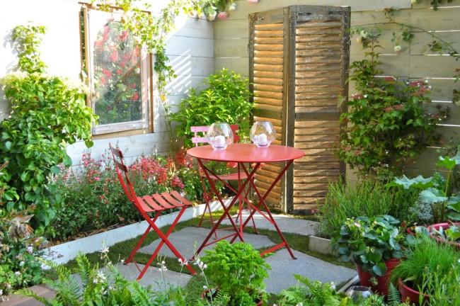 Изгородь с плетущими растениями может стать украшением маленького двора