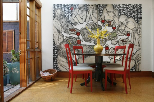 Очень большой принт для контемпорари-столовой на основе цифрового произведения молодого художника из Мельбурна Rehgan De Mather. Иногда саркастичные, иногда взрывные, его картины рождаются из нагромождения городских шумов, знаков и символов, что окружают нас каждый день