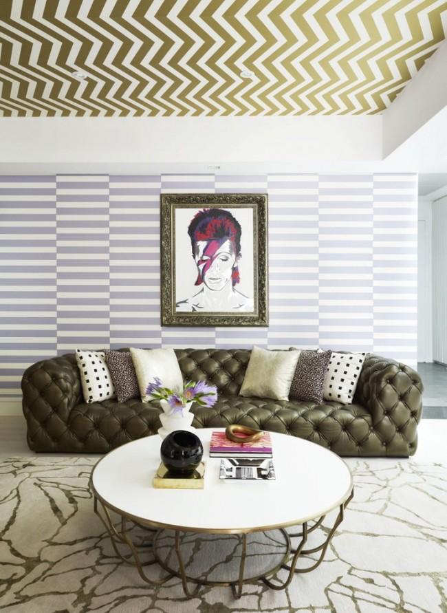 Также можно оригинально сочетать обои на стенах и потолке со схожими мотивами. Выдержанные в цветовой гамме гостиной они подчеркнут настроение комнаты