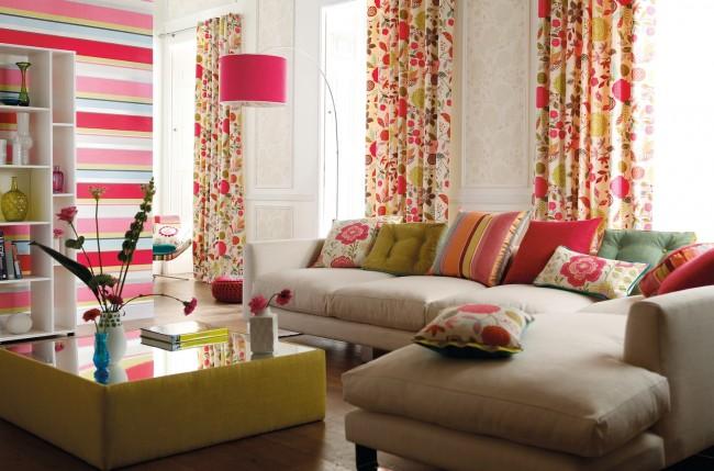 Очень яркая и теплая гостиная со смелыми акцентами в интерьере, что придают комнате свежести и легкости
