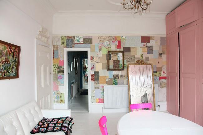 Стена в гостиной, выделенная с помощью оригинального лоскутного комбинирования обоев